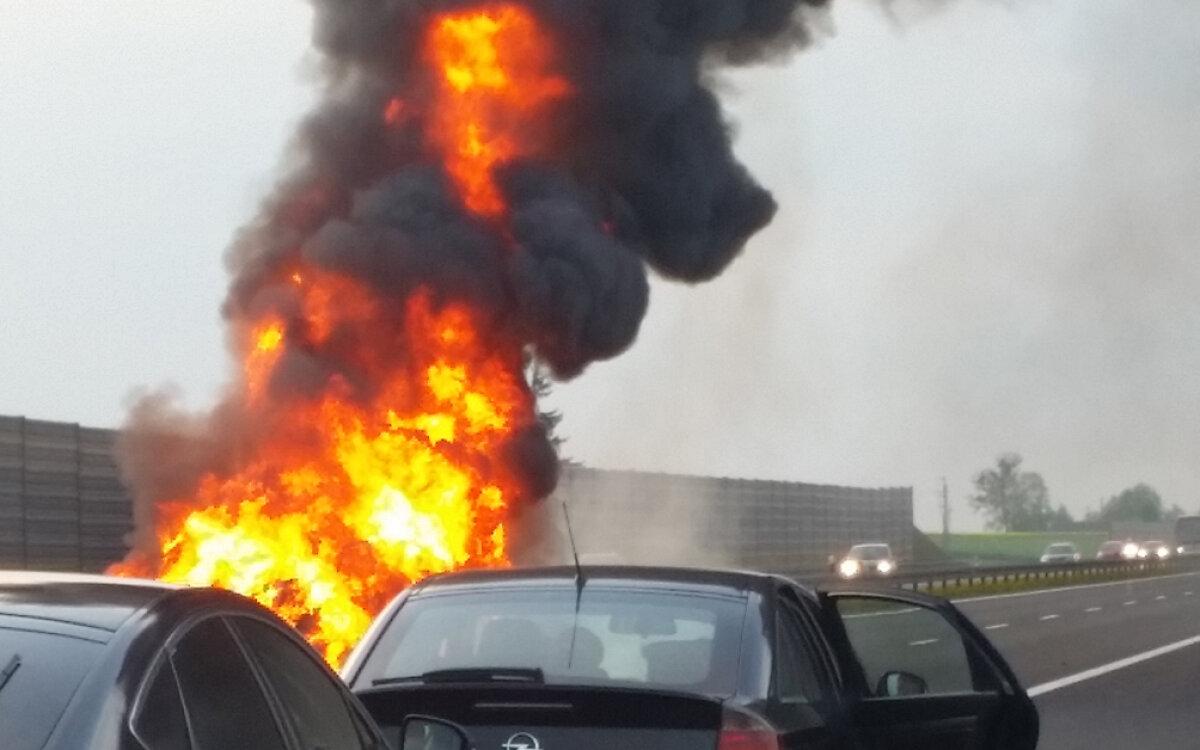 32f0e9d9f21d0 Cztery osoby, w tym dwoje dzieci, podróżowały citroenem, który stanął w  płomieniach na kujawsko-pomorskim odcinku A1. Jak podaje policja, zanim  samochód ...