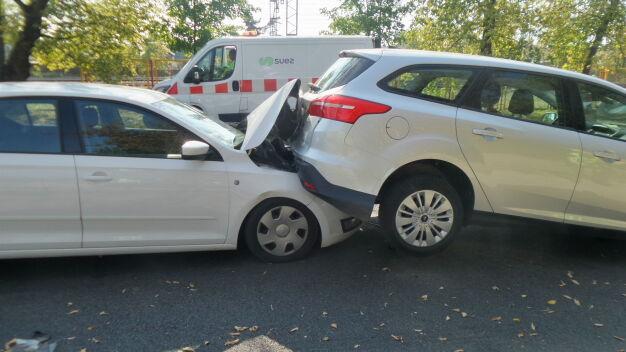 """Jedno auto zawisło na masce drugiego. """"Kierowca pod wpływem"""""""