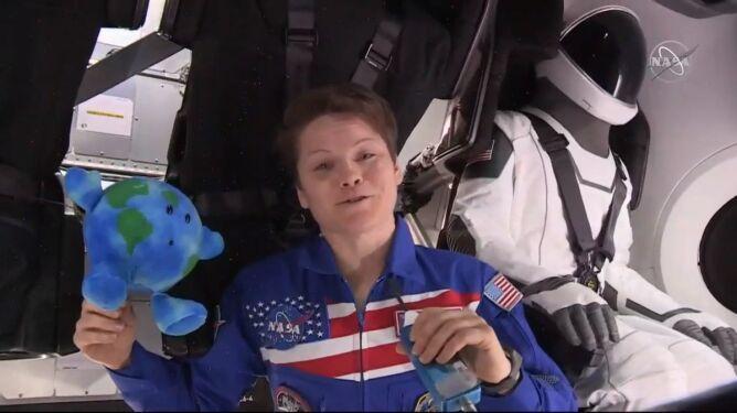 Anne McClain i Ripley w kapsule (NASA)